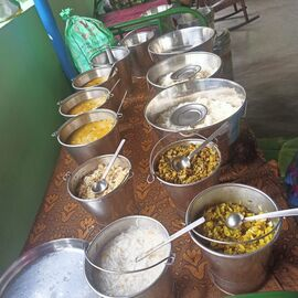 The food service is distributed in Namadhu Illam on 17/06/2020 by Naina mohamed college B.sc cs 2003 batch and Singai Udhavum Karangal friends.