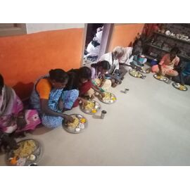 The food service is distributed in Pudukottai Trust on 12/08/2020by Naina mohamed college B.sc cs 2003 batch and Singai Udhavum Karangal friends.