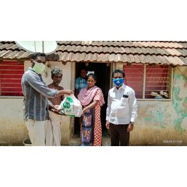 The groceries donation was given in Aranthanki on 23/04/2020 by Naina mohamed college B.sc cs 2003 batch and Singai Udhavum Karangal friends.